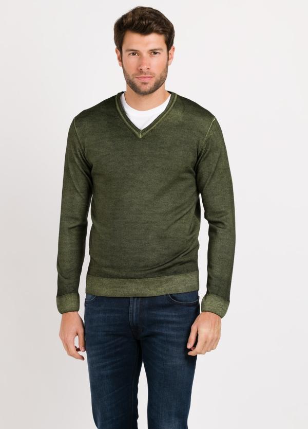 Jersey cuello pico color verde. Composición 100% lana merino extrafina