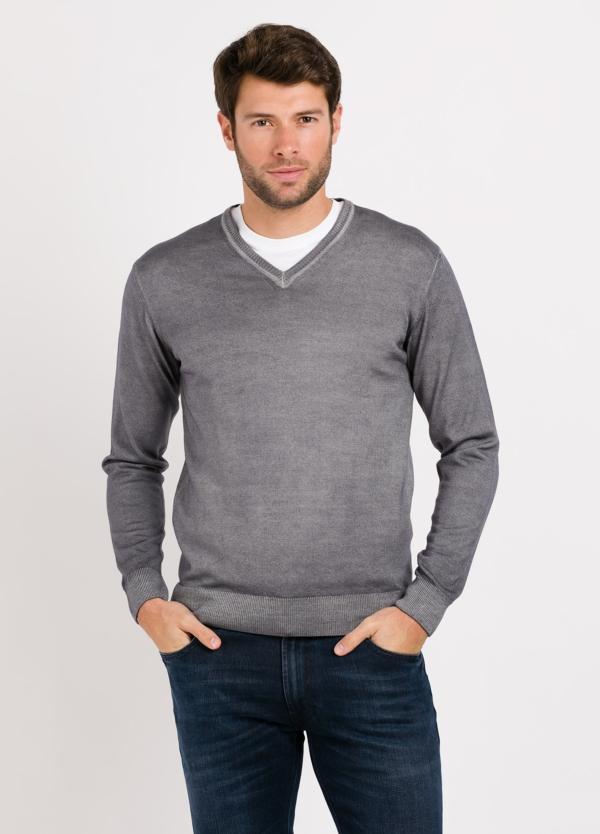 Jersey cuello pico color gris. Composición 100% lana merino extrafina.