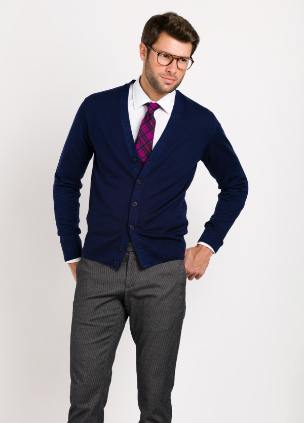 Cardigan con botones color azul marino, 100% lana merino extrafino.