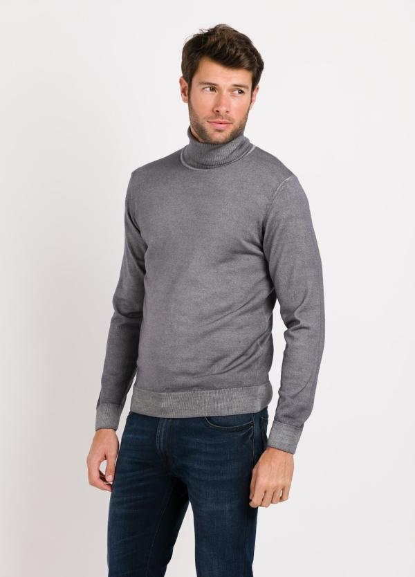 Jersey cuello cisne color gris. Composición 100% lana merino extrafino.