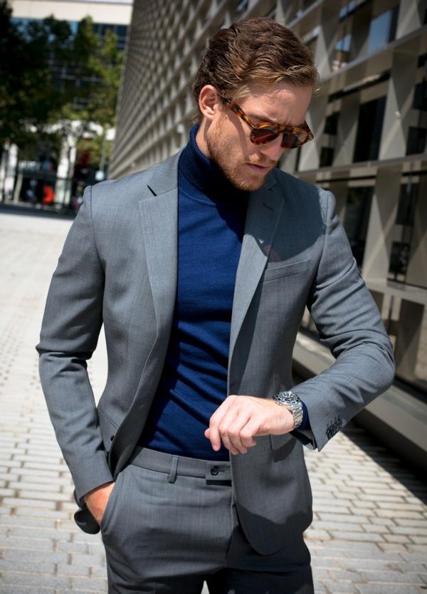 Jersey cuello cisne color azul noche. Composición 100% lana merino extrafino.
