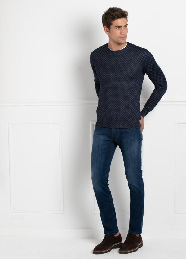 Jersey fino cuello redondo color azul , dibujo geométrico. 45% Lana Merino, 55 % Poliester