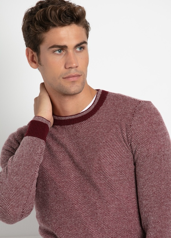 Jersey cuello redondo color granate,dibujo geométrico. 80% Lana y 20% Nylon