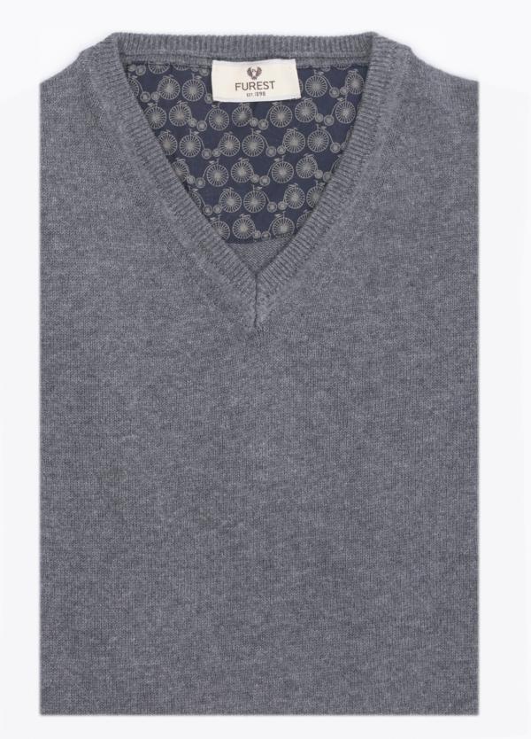 Jersey liso, cuello pico, color gris medio. 80% Lana, 20% Nylon.