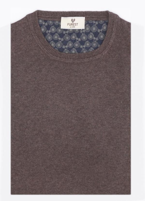 Jersey liso, cuello redondo, color tostado. 80% Lana, 20% Nylon.