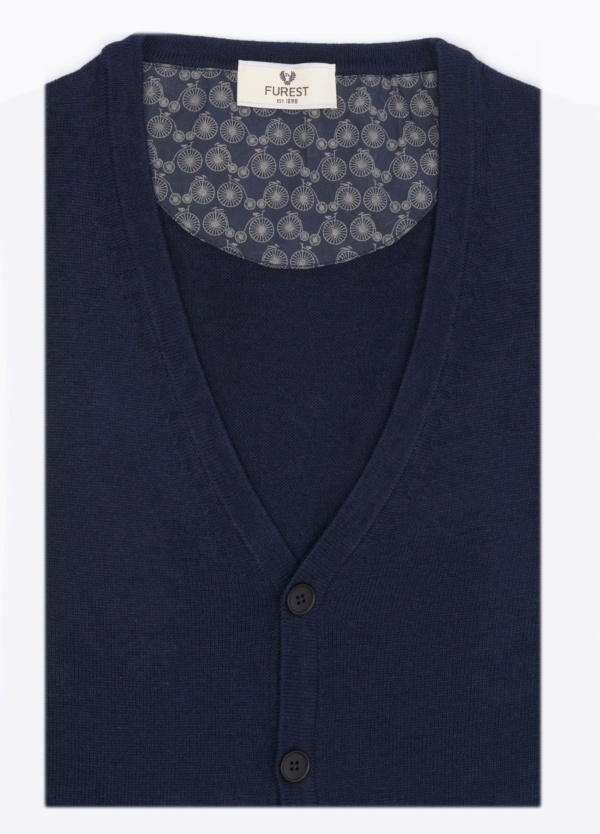 Cárdigan liso, con botones, color azul marino. 80% Lana, 20% Nylon.
