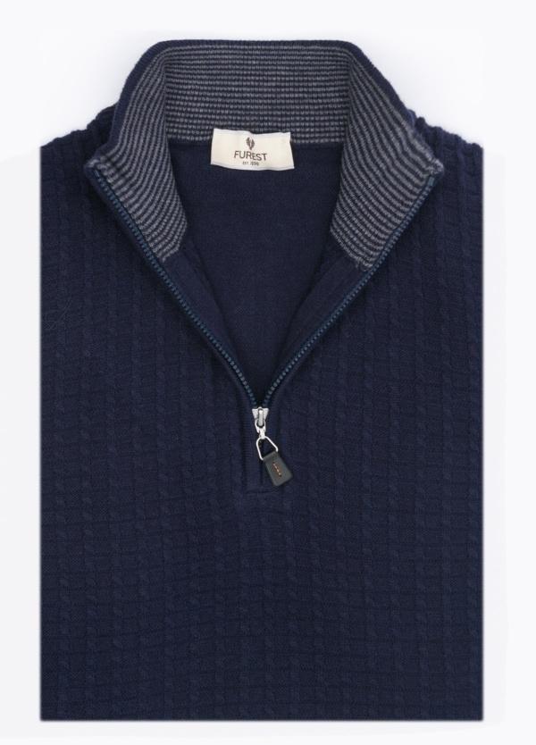 Jersey cuello cremallera, textura fantasía, color azul marino. 90% Algodón, 10% Cashemere.