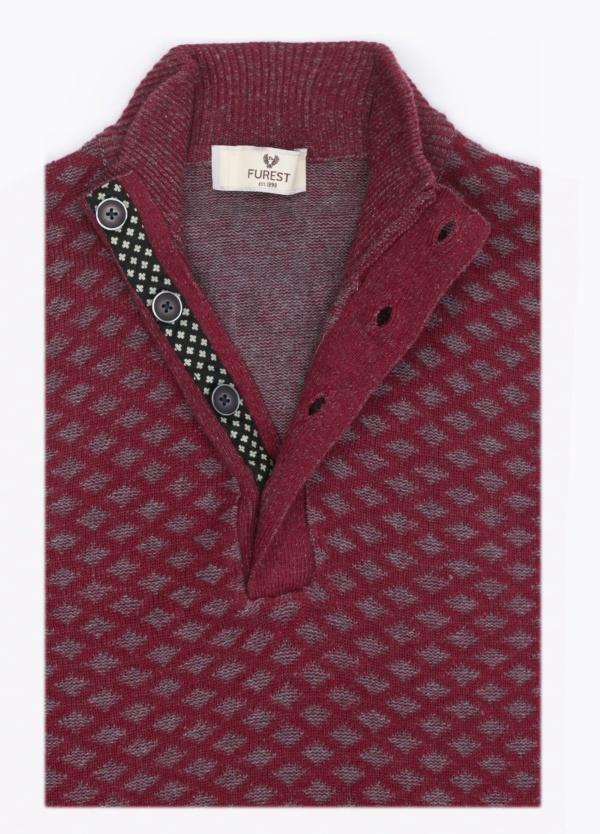 Jersey cuello botones, dibujo fantasía, color granate. 90% Algodón, 10% Cashemere.