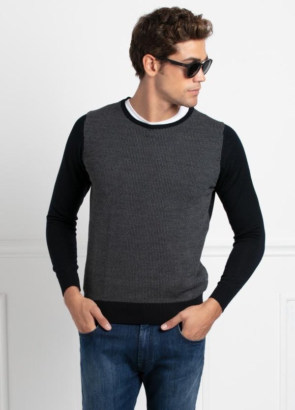 Jersey cuello redondo color azul marino y gris, dibujo geométrico en delantero. 50% Lana Merino, 50 % Acrílico