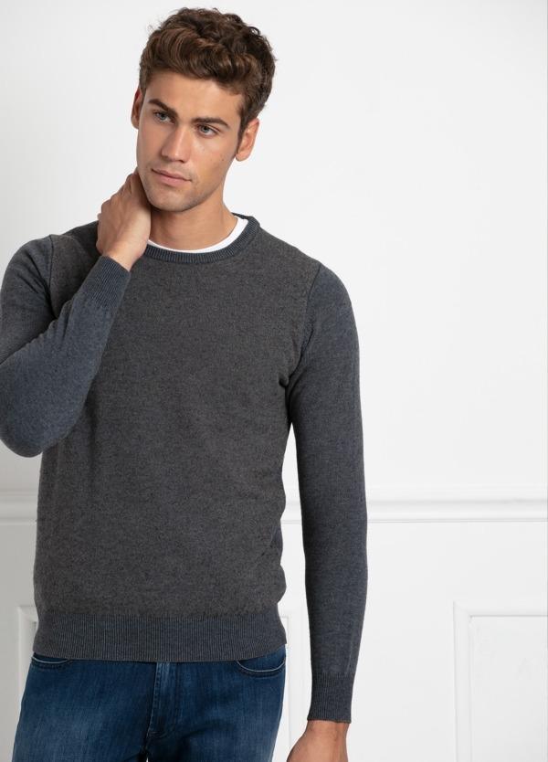 Jersey cuello redondo color gris en delantero y azul denim. 35% Algodón, 35% Acrílico, 30% Lana.