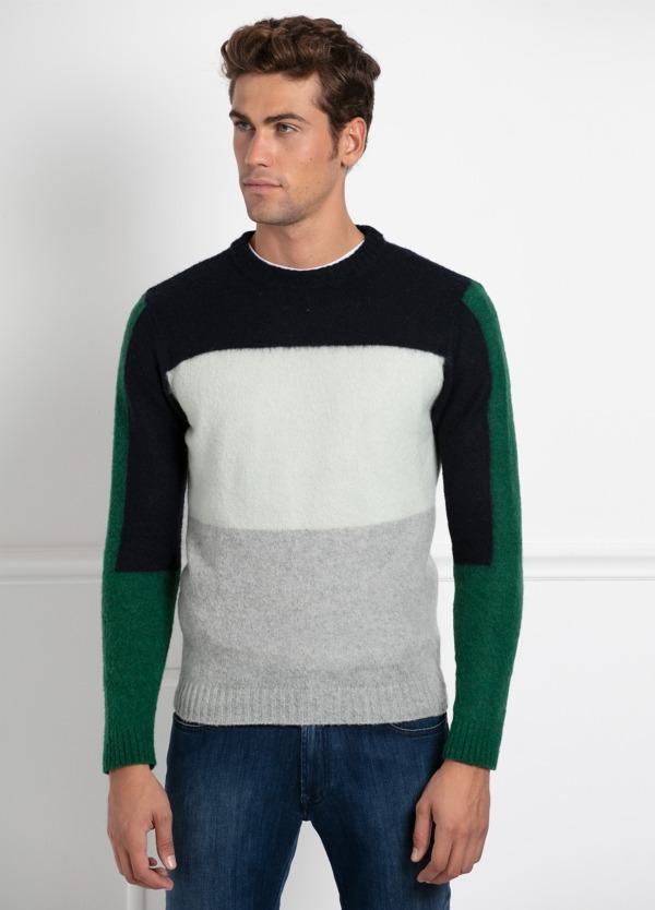 Jersey cuello redondo, franjas color negro, blanco, gris y verde. 70% Lana 25% Pa 5% otros.