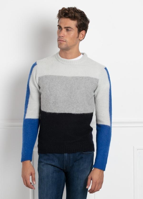 Jersey cuello redondo, franjas color blanco, gris, negro y azulón. 70% Lana 25% Pa 5% otros.