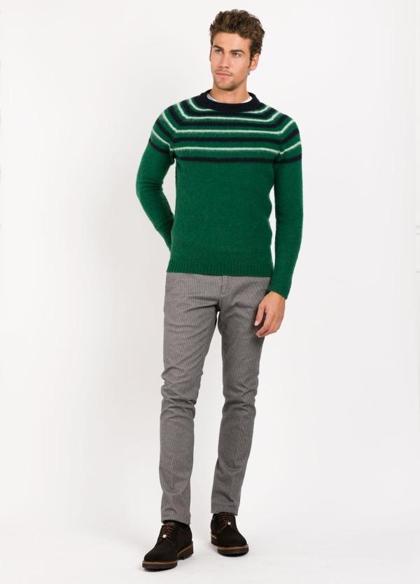 Jersey cuello redondo, color verde franjas color blanco y negro , 70% Lana 25% Pa 5% otros.