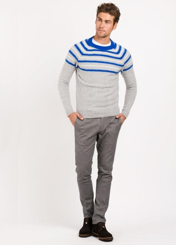 Jersey cuello redondo, color gris franjas color blanco y azul , 70% Lana 25% Pa 5% otros.