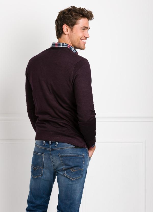 Suéter manga larga, cuello pico, color burdeos. 100% Lana. - Ítem1