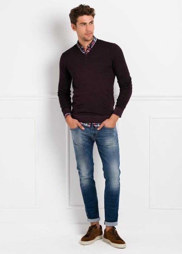 Suéter manga larga, cuello pico, color burdeos. 100% Lana.