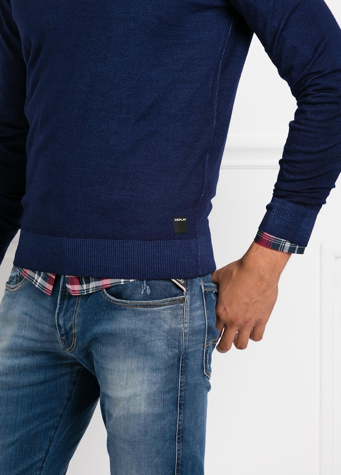 Suéter manga larga, cuello pico, color azul noche. 100% Lana. - Ítem1