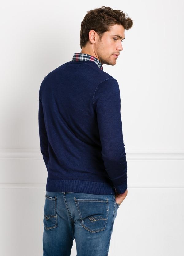 Suéter manga larga, cuello pico, color azul noche. 100% Lana. - Ítem2
