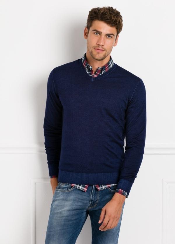 Suéter manga larga, cuello pico, color azul noche. 100% Lana.