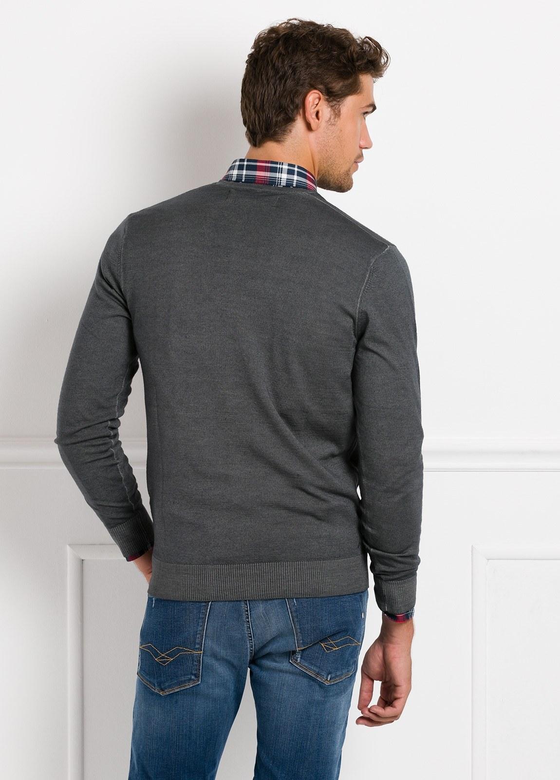 Suéter manga larga, cuello pico, color gris. 100% Lana. - Ítem1