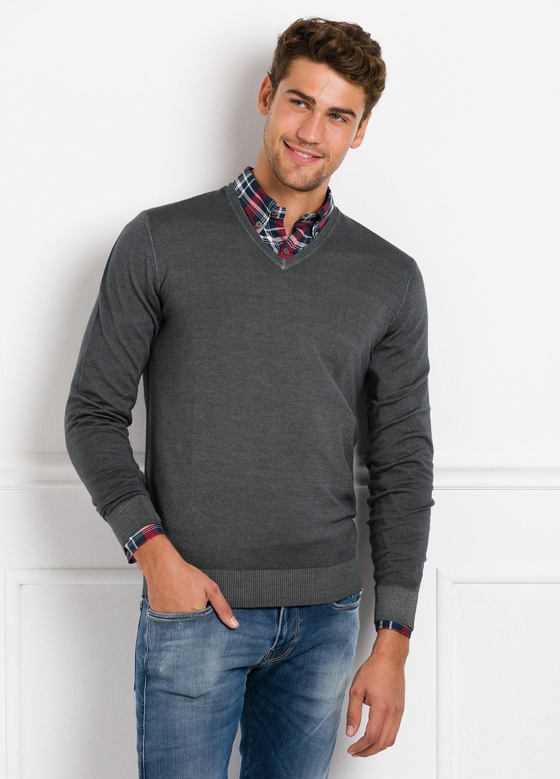 Suéter manga larga, cuello pico, color gris. 100% Lana.