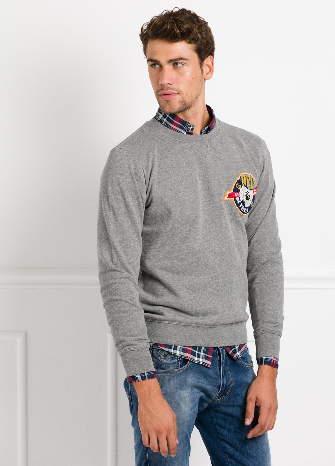 Sudadera cuello redondo, color gris con logotipo estampado en el pecho. 100% Algodón.