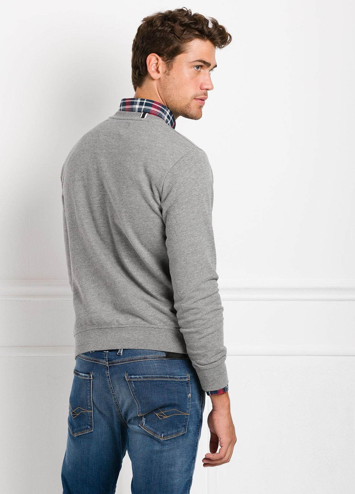 Sudadera cuello redondo, color gris con logotipo estampado en el pecho. 100% Algodón. - Ítem1
