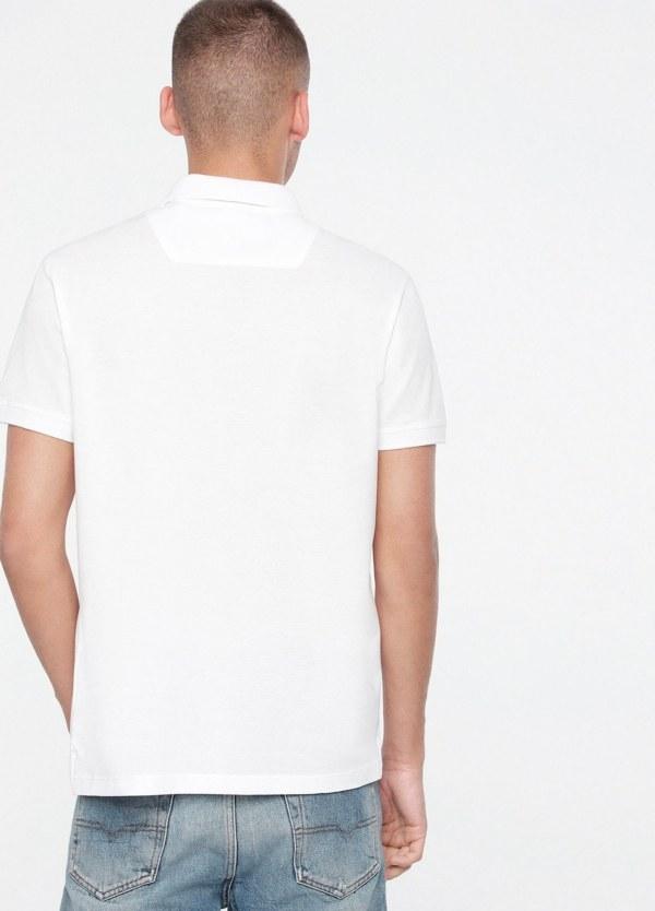 Polo básico m/corta piqué de corte ajustado y logo en el pecho. Liso color blanco. 100% algodón. - Ítem1