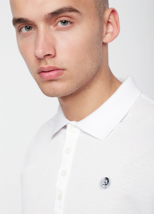 Polo básico m/corta piqué de corte ajustado y logo en el pecho. Liso color blanco. 100% algodón.