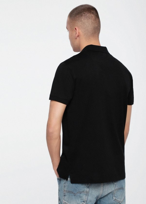 Polo básico m/corta piqué de corte ajustado y logo en el pecho. Color negro liso. 100% algodón. - Ítem1
