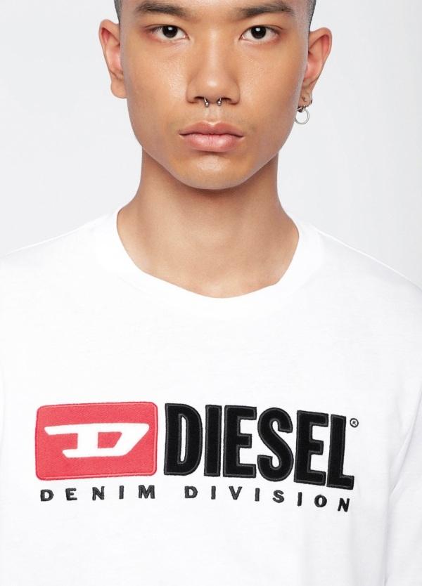 Camiseta básica m/corta de corte recto y logo años 90. Color blanco. 100% algodón.