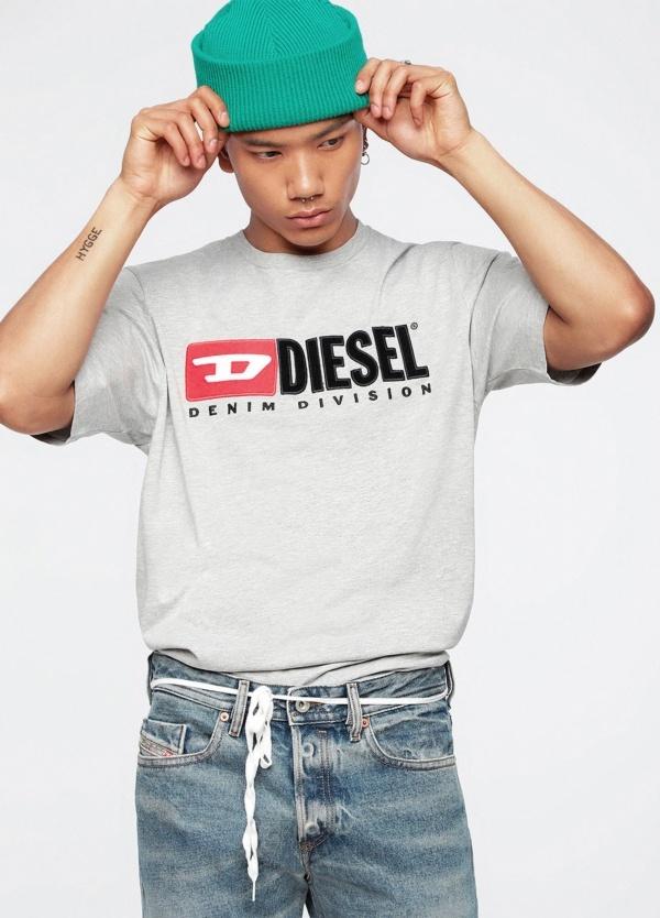 Camiseta básica m/corta de corte recto y logo años 90. Color gris. 100% algodón.