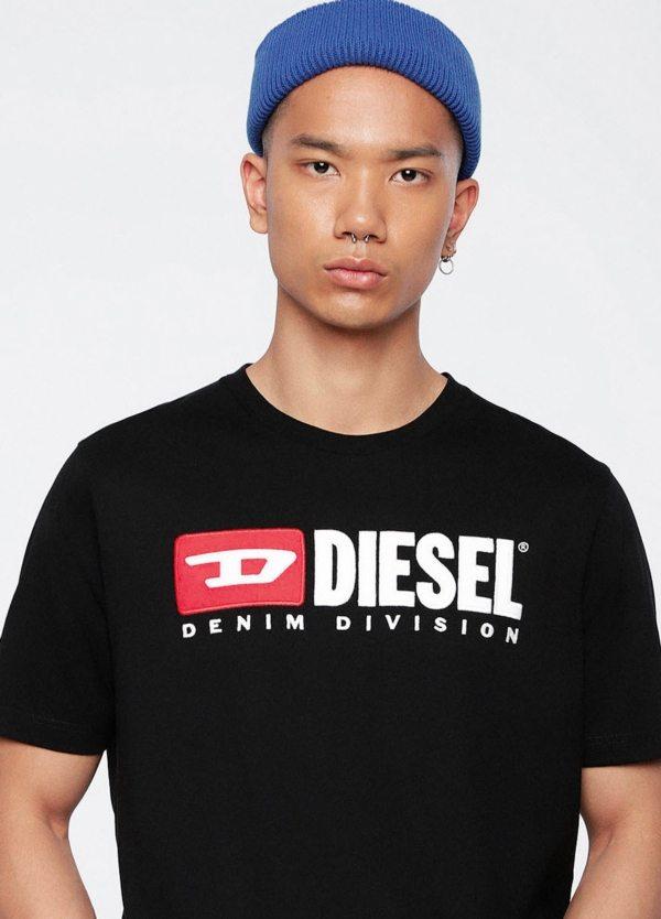 Camiseta básica m/corta de corte recto y logo años 90. Color negro. 100% algodón.