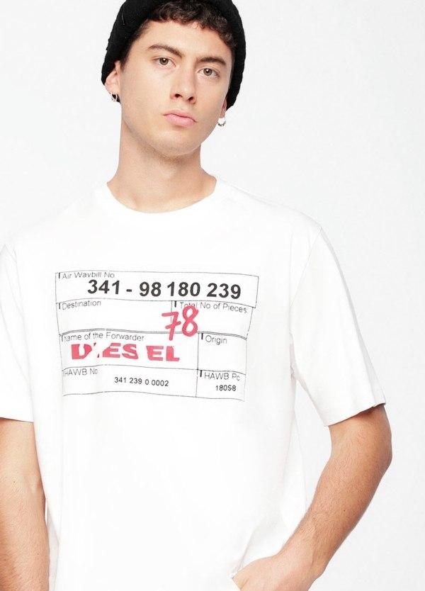 Camiseta básica m/corta de corte recto y logo tarjeta de embarque. Color blanco. 100% algodón.