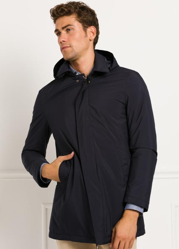 Abrigo con capucha color azul marino. 100% Poliester.