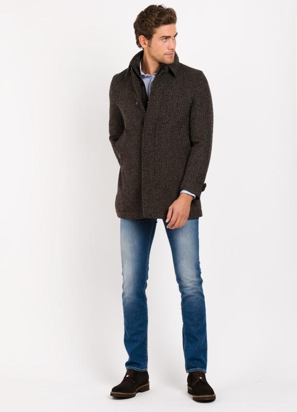 Abrigo corto con pecherin, color marrón jaspeado. 55% Lana, 24% PA, 14% Acri. 4% Pol, 3% Alpaca.