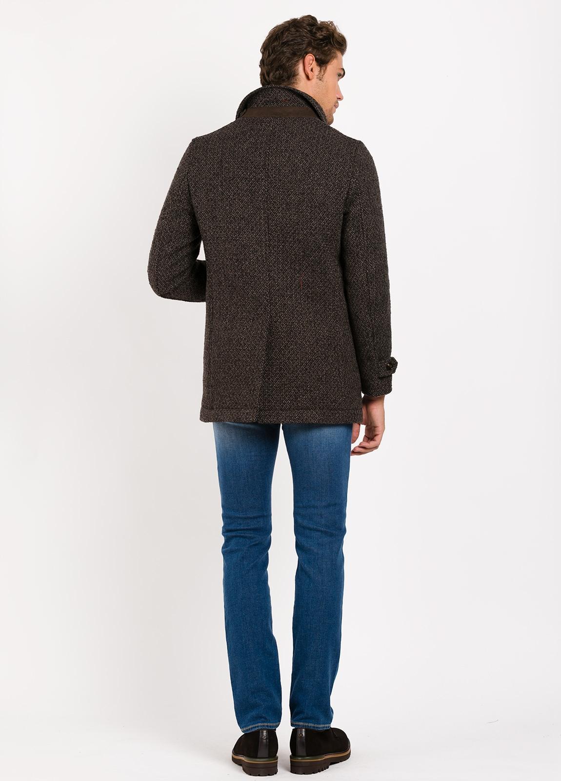 Abrigo corto con pecherin, color marrón jaspeado. 55% Lana, 24% PA, 14% Acri. 4% Pol, 3% Alpaca. - Ítem3