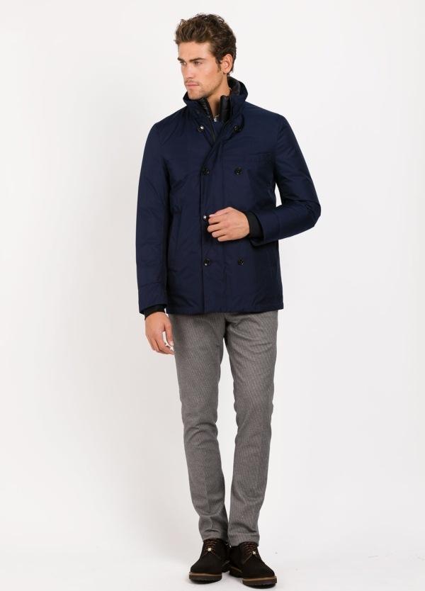 Abrigo cruzado corto con pecherin desmontable color azul marino. Tejido técnico.