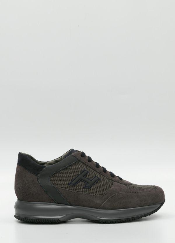 Calzado sport color gris .Combinación de piel, ante y tejido técnico