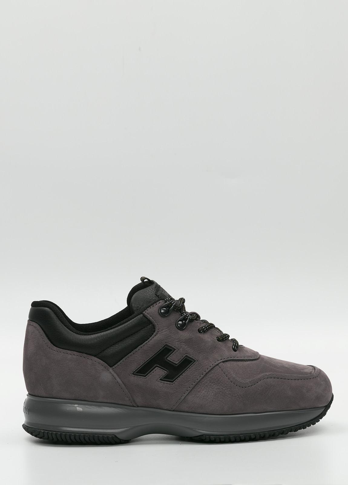 Calzado sport color gris. Combinación de piel y ante.