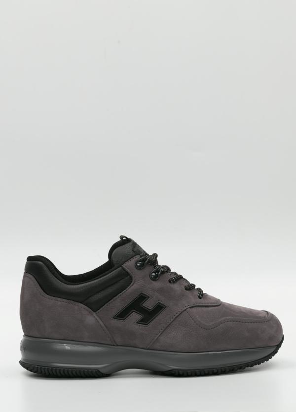 Calzado sport color gris .Combinación de piel y ante .