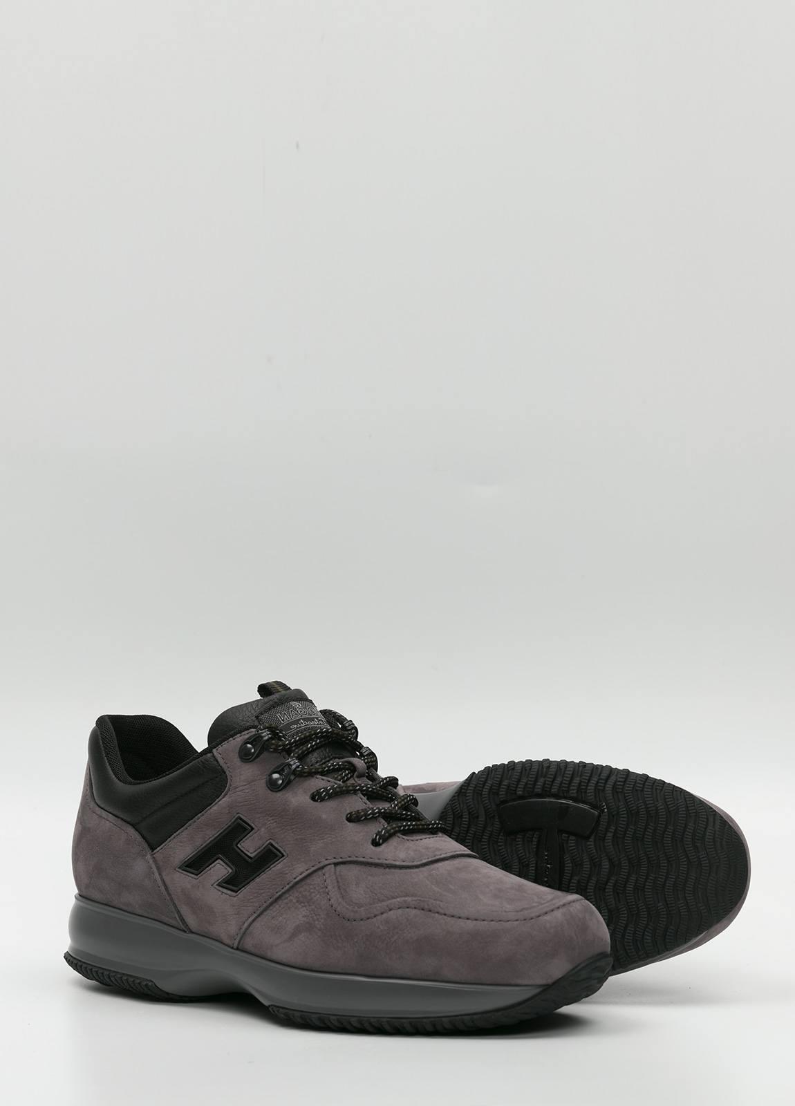 Calzado sport color gris. Combinación de piel y ante. - Ítem1
