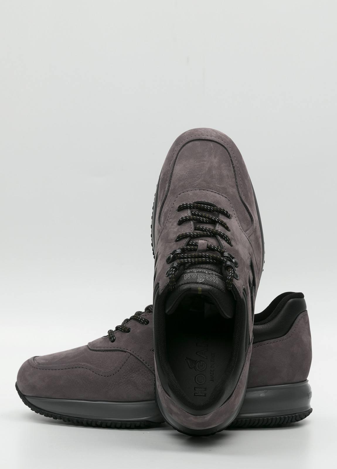 Calzado sport color gris. Combinación de piel y ante. - Ítem3