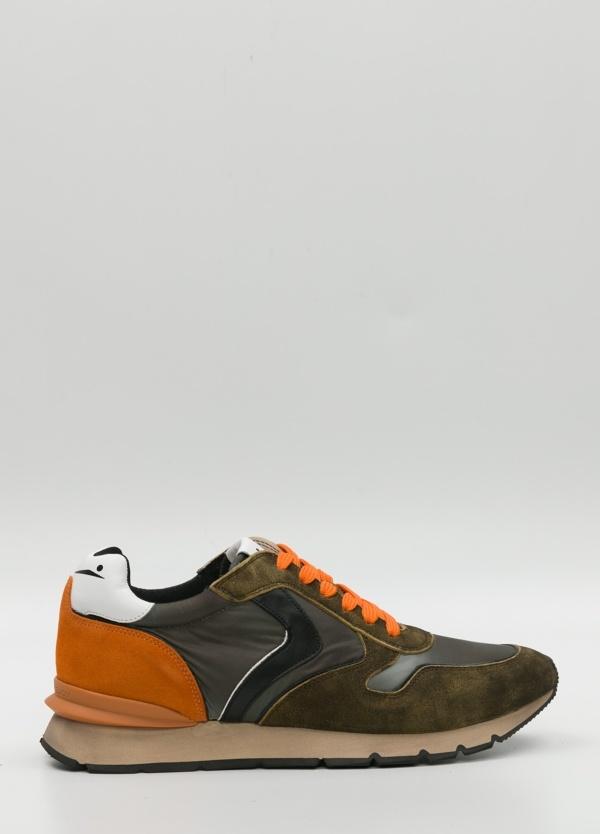 Bambas moda hombre color kaki, gris y naranja. Combinación de serraje, piel y tejido técnico.