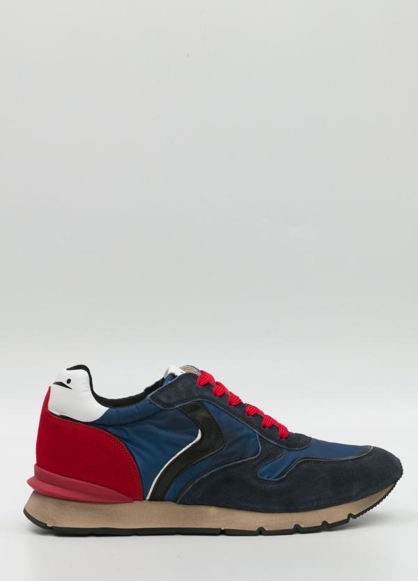 Bambas moda hombre color azul y rojo. Combinación de serraje, piel y tejido técnico.