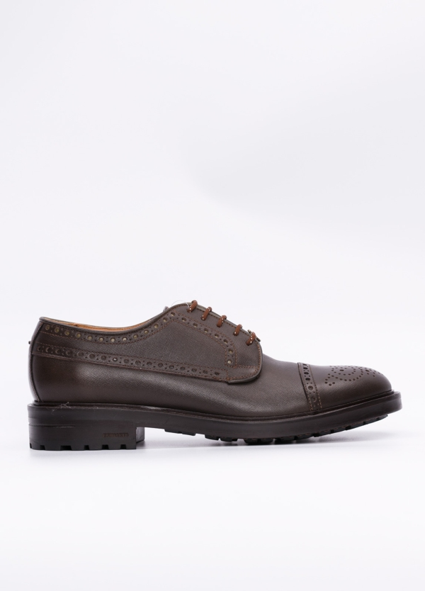 Zapato Formal Wear con detalles troquelados y piel grabada color marrón, suela sport. 100% piel.