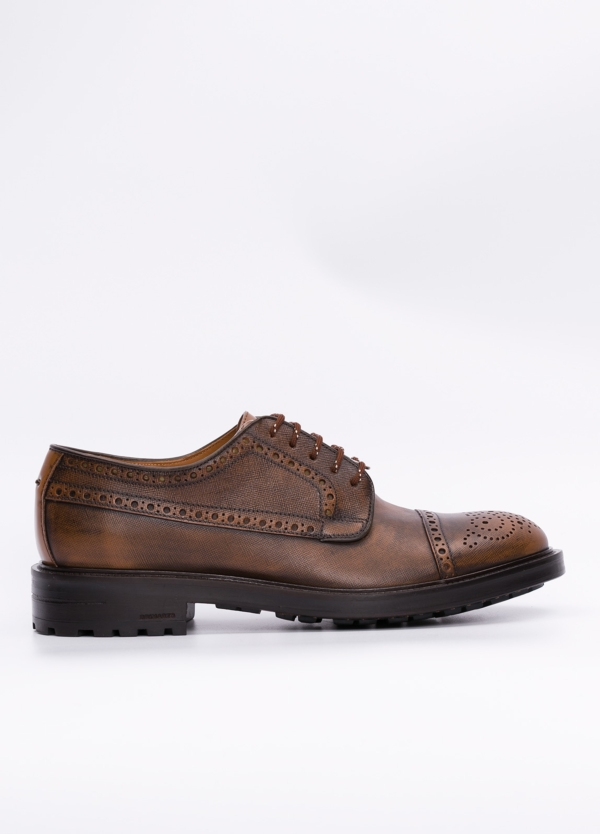 Zapato Formal Wear con detalles troquelados y piel grabada color tostado, suela sport. 100% piel.