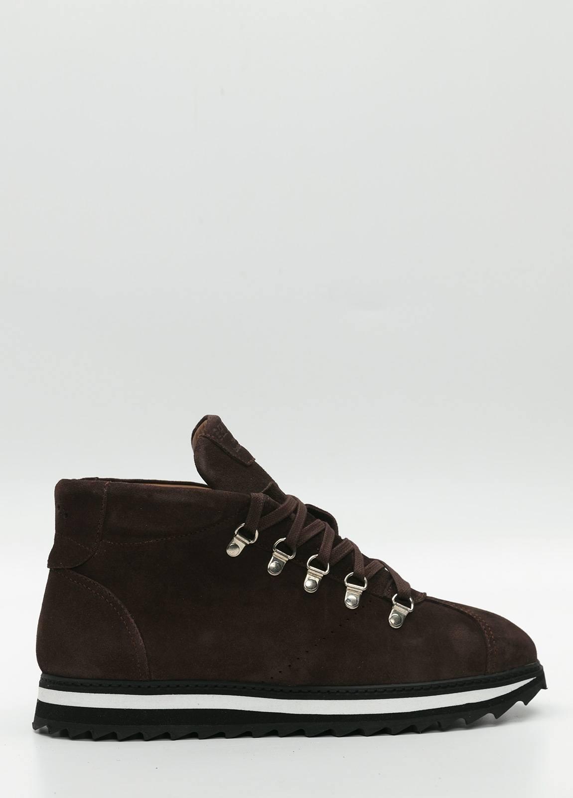 Bota sport de cordones, color marrón oscuro. 100% Piel Ante.