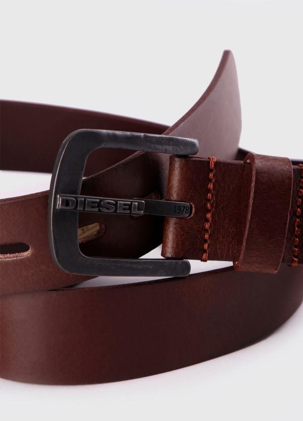 Cinturón Sport cuero liso, con orificios rectangulares. Color marrón, 100% Cuero bovino.