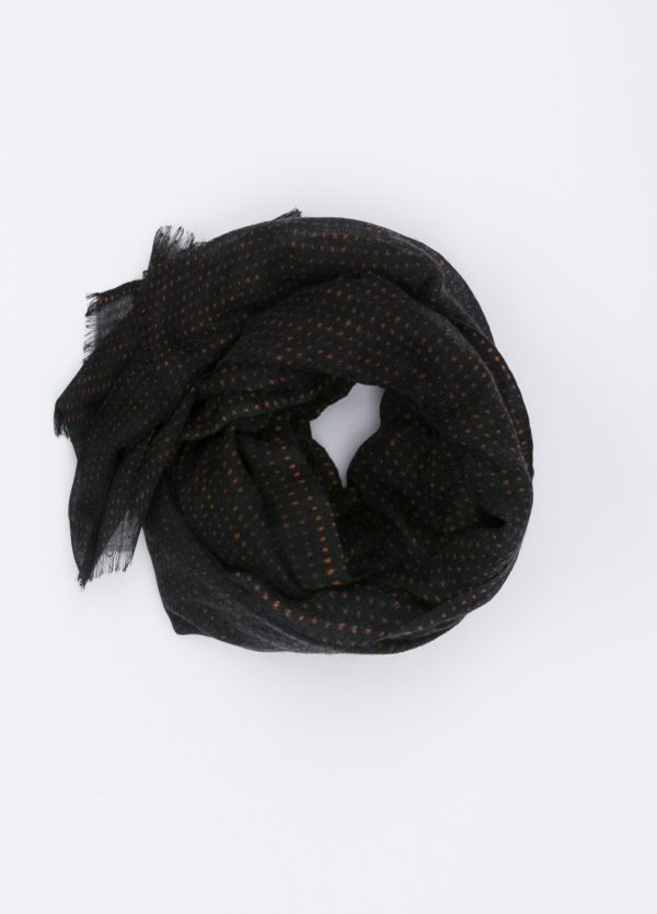 Foulard color negro estampado tostado.